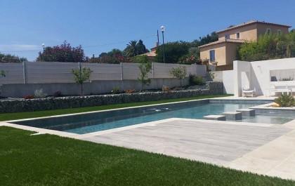 Contours de piscine en pelouse artificielle