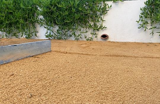 Etaler et égaliser du sable pour poser mon gazon synthétique