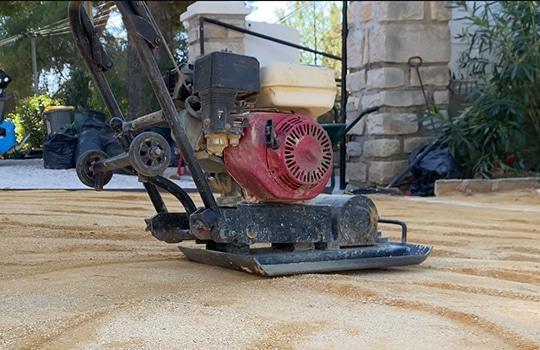 Plaque vibrante pour compacter le sable